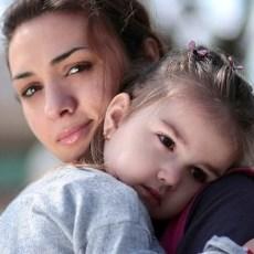 Fotografía de una mujer sosteniendo un niño
