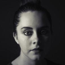 Fotografía de una mujer llorando