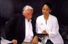 Fotografía de una doctora y un paciente