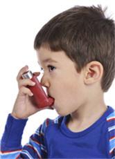 Fotografía de un niño usando un inhalador