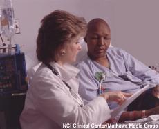 Fotografía de una profesional de salud con una paciente calva por la quimioterapia