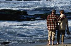 Fotografía de una pareja caminando en la playa