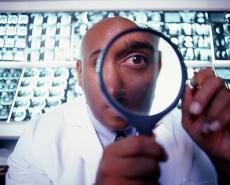 Fotografía de un doctor mirando por una lupa