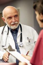 Fotografía de un doctor hablando con una enfermera