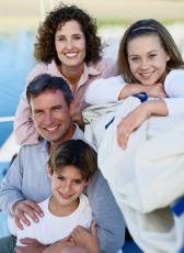 Fotografía de una madre, un padre, su hijo e hija