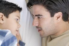 Fotografía de un hombre hablando con un niño