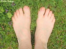 Fotografía de un pie en el césped
