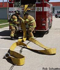 Fotografía de dos bomberos con un camión