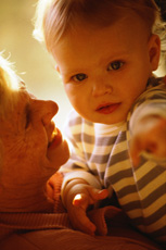 Fotografía de una abuela y un recién nacido
