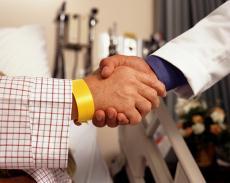 Fotografía de un apretón de manos entre un paciente y un médico