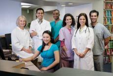 Fotografía de varios profesionales de la salud