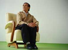 Un hombre mayor sentado en una silla