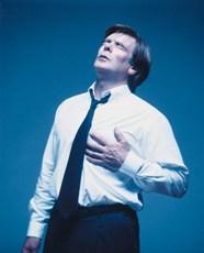 Hombre con dolor en el pecho
