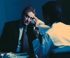 Fotografía de un hombre hablando con su doctor