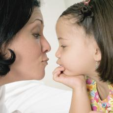 Fotografía de una madre y su hija pequeña