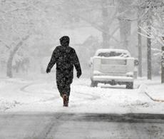 Una persona caminando en la nieve