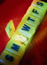 Fotografía de un organizador de píldoras lleno de píldoras
