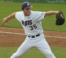 Un jugador de beisbol haciendo un lanzamiento