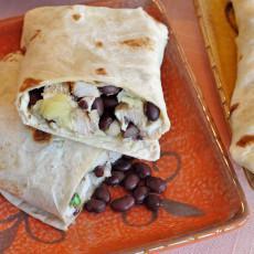 Burritos de pollo y salsa de frijoles negros