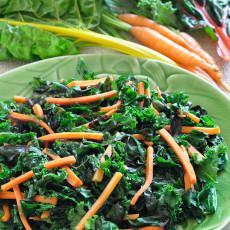 Hojas verdes con zanahorias