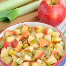 Puerros y manzanas salteados