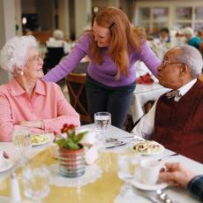 Fotografía de unas personas mayores almorzando en una residencia de atención personalizada