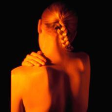 Fotografía de una mujer con un dolor en el hombro