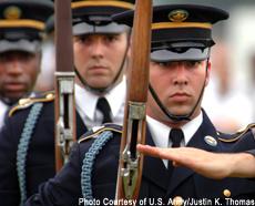 Fotografía de una marcha militar de las fuerzas armadas estadounidenses