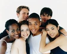 Fotografía de un grupo de chicas y chicos adolescentes