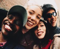 Fotografía de tres chicas y un chico adolescente