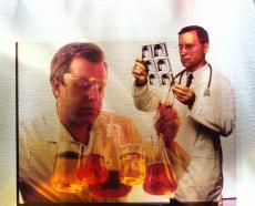 Fotografía de profesionales de la salud con pruebas de laboratorio y radiografías
