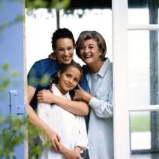 Fotografía representando tres generaciones de mujeres