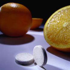 Fotografía de naranjas y suplementos de vitamina C