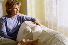 Fotografía de una mujer sentada en un sofá