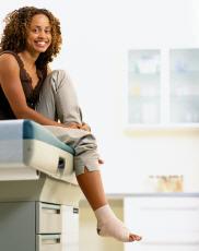Fotografía de una mujer con un tobillo torcido